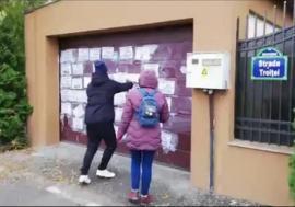 Mesaje obscene pe poartă: Mai mulţi protestatari #rezist au vandalizat vila lui Florin Iordache (VIDEO)