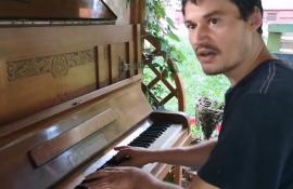 Pianistul în şlapi: Un spălător de vase din Oradea impresionează internetul cu talentul său (VIDEO)
