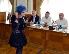 Scandal în Consiliul Local: Pictoriţa Vioara Bara i-a reproşat primarului Ilie Bolojan că investeşte în astfalt ignorând cultura (VIDEO)
