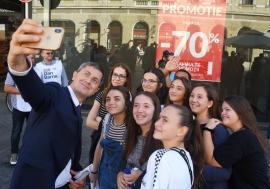 Prezidenţiabilul Dan Barna, la Oradea: A făcut selfie-uri, i-a dat autograf lui Emeric Ienei şi le-a spus orădenilor că acuzaţiile la adresa lui sunt 'minciuni' (FOTO / VIDEO)