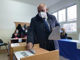 """Dr. Carp a votat pentru ca partidul său """"să aibă majoritatea"""", ca să extindă la nivel naţional bunele practici din sistemul sanitar orădean (FOTO / VIDEO)"""