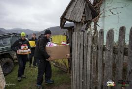 """Ajutor """"off road': Voluntarii clubului West Alpine Off Road au dus cadouri în patru cătune izolate din Bihor (FOTO)"""