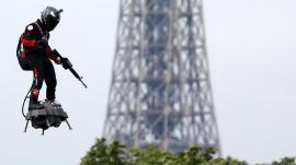 Viitorul e aici! Un 'soldat zburător' a survolat Parisul, la parada de Ziua Franţei (FOTO / VIDEO)