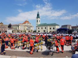 Sute de angajați ai Ambulanței și-au sărbătorit ziua la Oradea, defilând cu peste 70 autospeciale. Un elicopter i-a acoperit cu trandafiri în Piaţa Unirii (FOTO / VIDEO)