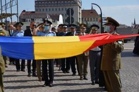 Prima ceremonie militară în Oradea: De Ziua Drapelului, oficialitățile s-au închinat fără a săruta tricolorul, cum făceau în alţi ani (FOTO)