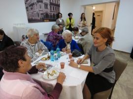 Bunicii orădeni au fost sărbătoriţi cu tort şi muzică populară (FOTO)