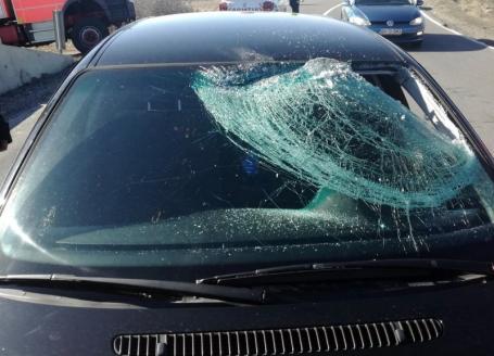 Accident în Tileagd: Un şofer a ajuns la spital, după ce gheaţa căzută de pe un TIR i-a spart parbrizul şi l-a lovit în cap (FOTO)
