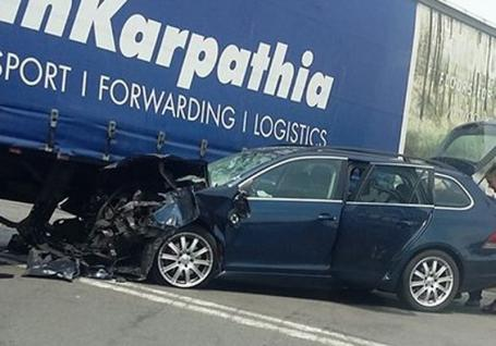 Accident pe Borșului: O fetiță și un tânăr au fost răniți, după ce un Volkswagen a intrat sub un TIR (VIDEO)