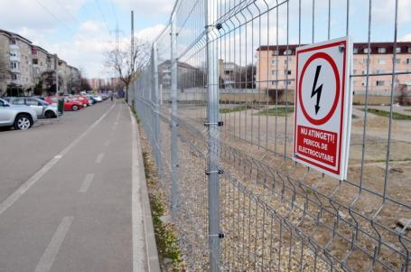(Electro)şoc şi groază! Lidl şi-a înconjurat cu gard electric terenul din strada Oneştilor din Oradea (FOTO)