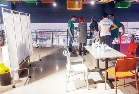 Vaccinare la shopping. În Oradea, s-a deschis un centru cu serurile Pfizer şi Johnson & Johnson în complexul comercial Auchan (FOTO)