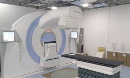 """După 7 ani de aşteptare: La Centrul Oncologic din Oradea a fost instalat cel de-al doilea accelerator liniar de particule. Doar că e """"golaş""""..."""