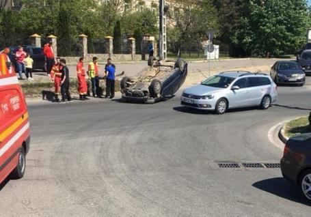 Maşină cu roţile-n sus, într-un sens giratoriu din Oradea