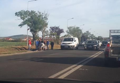 Accident pe DN 76, la intrarea în Sânmartin. Un motociclist a fost rănit, trafic îngreunat (FOTO / VIDEO)