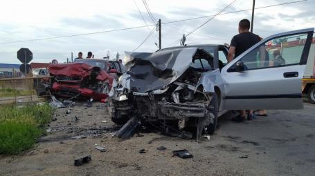 Accident grav în Sîntandrei: Două persoane rănite, după ce un Audi s-a lovit cu un Peugeot (FOTO/VIDEO)