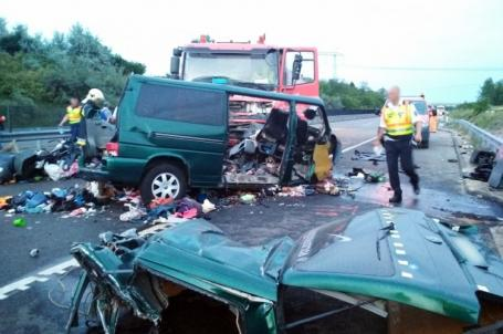 Nouă români morți într-un accident în Ungaria: Un microbuz s-a ciocnit cu un camion (FOTO)