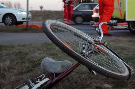 Loveşte şi fugi: un şofer băut la volan a acroşat un biciclist lângă Ineu și s-a făcut nevăzut