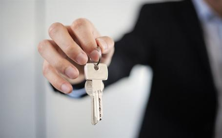 Un orădean şi-a înşelat angajatorii cu 130.000 de euro. A vândut trei apartamente fără ştirea lor