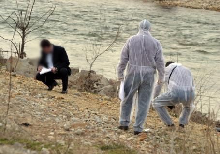 Crimă sinistră în Bihor: Un bărbat i-a crăpat capul soţiei cu o bâtă şi a îngropat cadavrul pe malul Crişului