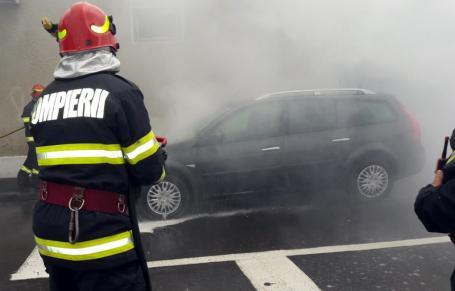 Coincidenţe bizare: Două maşini au luat foc, la un minut distanţă, pe două străzi din Oradea. Incendiile au avut aceeaşi cauză