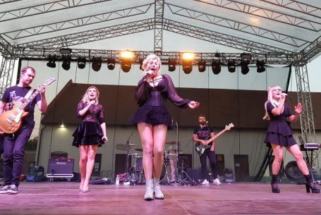 Ziua Diasporei: Loredana şi-a cântat hiturile şi a plusat cu o piesă bihorenească învăţată de la Cornel Borza, pe scena din Cetate (FOTO/VIDEO)