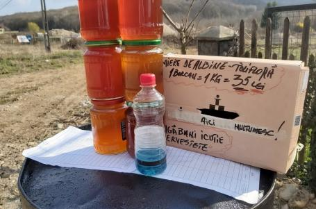 Cum vând bihorenii mierea în vreme de pandemie: 'Bagă banii în cutie, serveşte-te!'