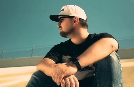 'Nimic greşit': Un rapper orădean stabilit în Los Angeles a lansat o nouă piesă. În videoclip apar şi cadre din Oradea (VIDEO)