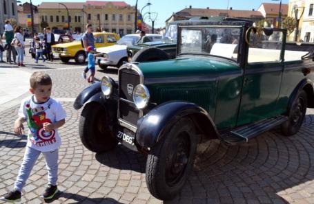 Maşini istorice, în Piaţa Unirii: Orădenii au admirat autoturisme de epocă, între care un Peugeot din 1929, la Retroparada primăverii (FOTO/VIDEO)