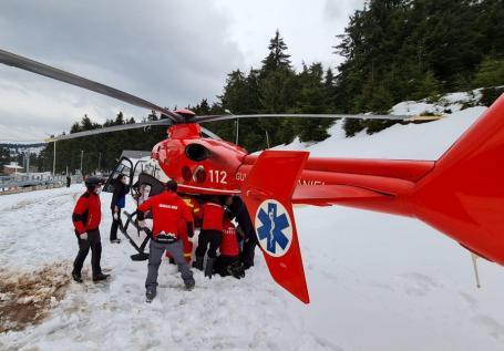 Accident la Vârtop: Un băiat de 16 ani, din Bihor, preluat de elicopterul SMURD după ce a fost lovit de un prieten care se dădea cu placa