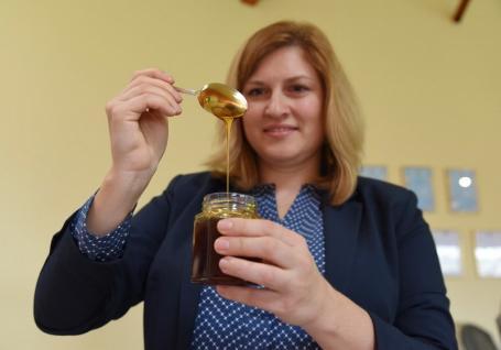 Mai tare ca Manuka! Doi întreprinzători din Bihor demonstrează calităţile antibacteriene superioare ale mierii româneşti (FOTO / VIDEO)