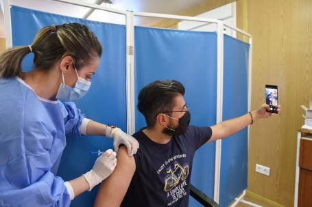 Aproape 550 de noi infectări, peste 5.200 de bihoreni bolnavi și încă 16 decese. Record de vaccinări, aproape 3.000